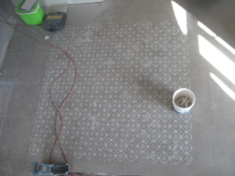 D pose et repose de carreaux ciment de carrelage lors de for Carrelage entree